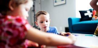 Kinder spielen ein Spiel